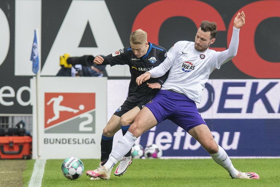 Paderborns Chris Führich (l.) und kämpft mit Florian um den Ball.