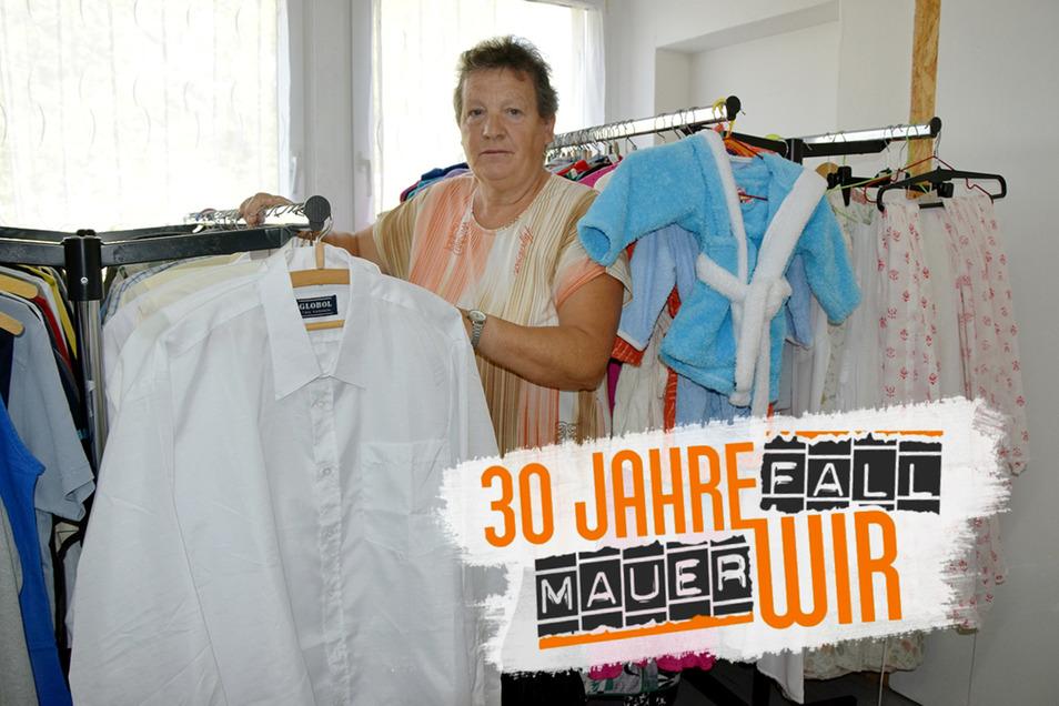 """Carola Kinze in der Kleiderkammer im """"Haus der Begegnung"""""""