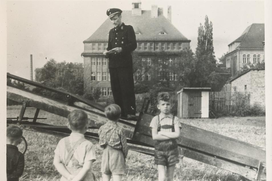 """Ohne eine Ansprache ging es nicht. Der erste Vorsitzende der AWG """"Deutsche Reichsbahn"""" beim ersten Spatenstich 1954."""