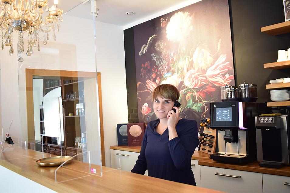 Vielen Kunden wird vor allem die Stimme von Peggy Knorre bekannt sein. Die Rezeptionistin hat auch in den letzten Tagen viele Termine koordiniert. Sie freut sich darauf, endlich wieder Kunden im Salon begrüßen zu dürfen.