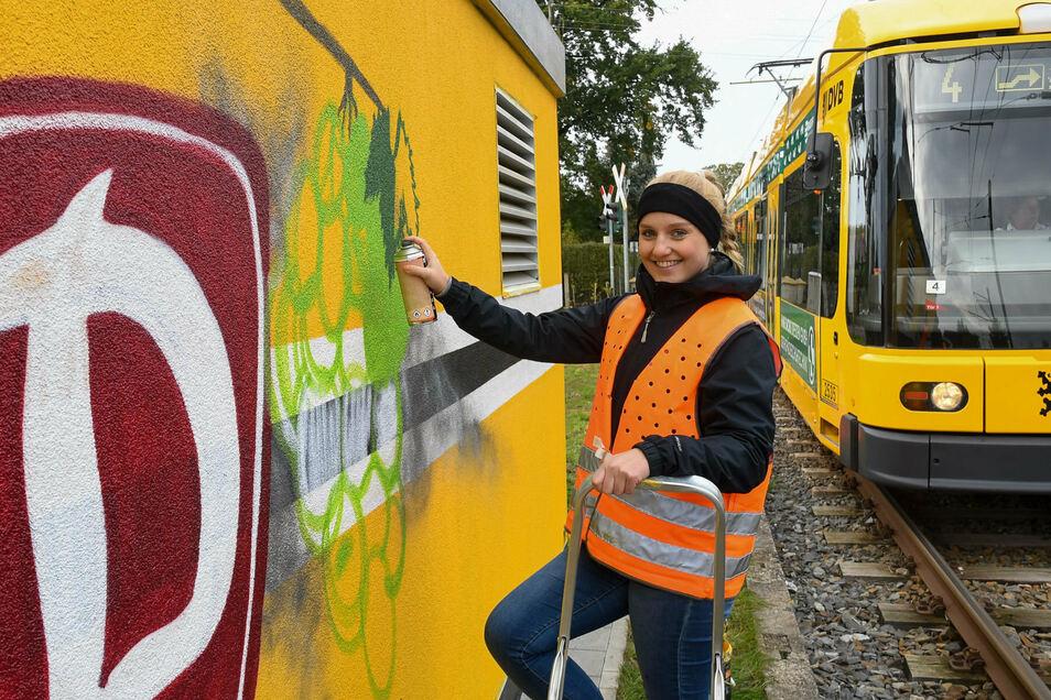 Neben den drei jugendlichen Fans, die die Trafostation an der Endhaltestelle der Linie 4 in Weinböhla gestalteten, war auch Claudia Tenbergen vom Fanprojekt Dresden e. V. bei der Aktion dabei.