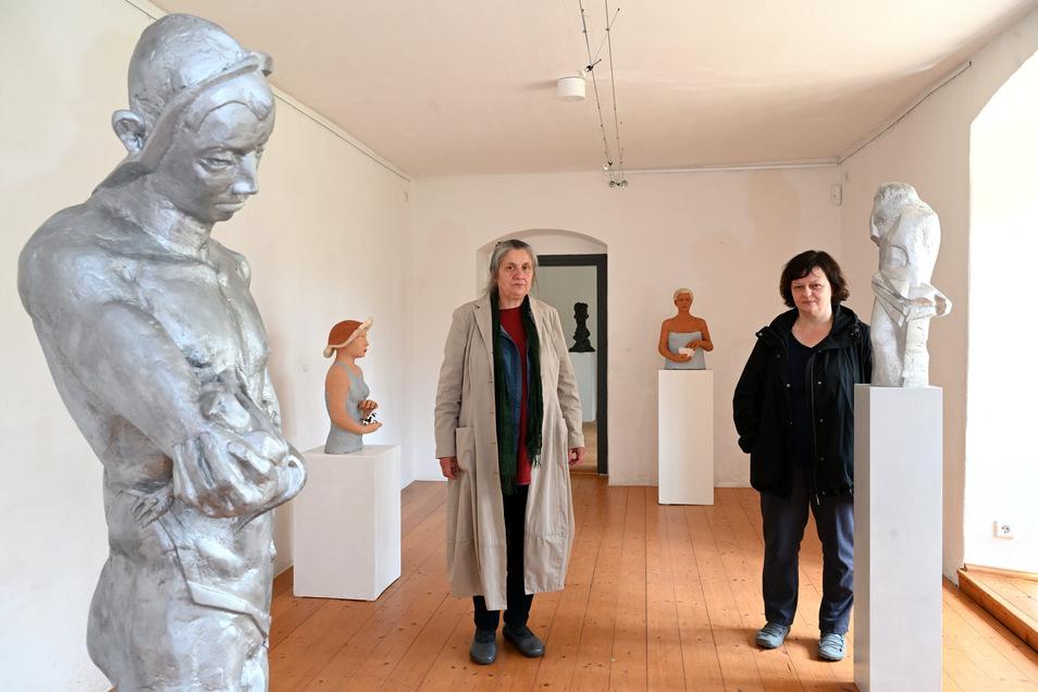 Die Bildhauerinnen Christa Donner (links) und Kornelia Thümmel in ihrer Ausstellung im Schloss Lauenstein.