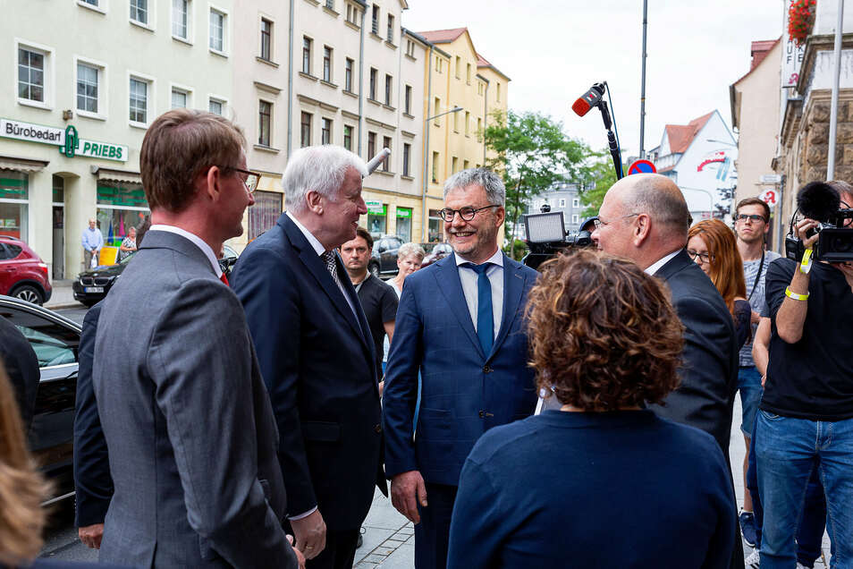 Horst Seehofer, Uwe Rumberg und Sachsens Innenminister Roland Wöller verkündeten am 11. Juli 2019 die Ansiedlung des Bundesamtes in Freital.