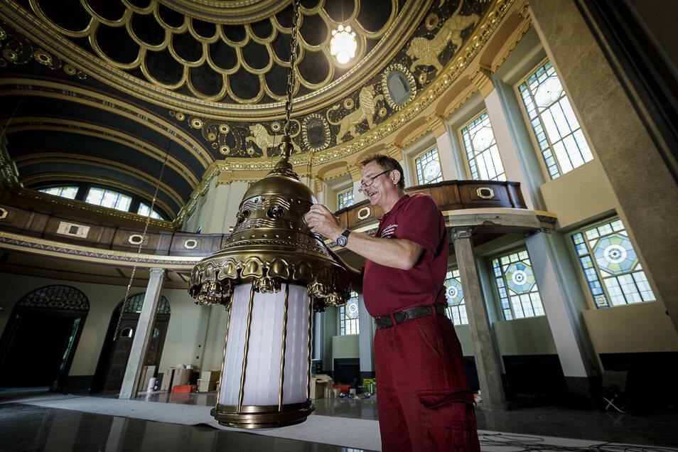 Mario Lorenz hat die Leuchter gebaut und hängt sie mit seinem Team in der Görlitzer Synagoge auf.