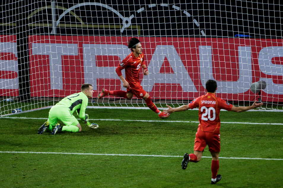 Eljif Elmas (M.) hat gerade zum 2:1 für Nordmazedonien getroffen. Der Stürmer besiegelt damit die erste Niederlage für Bundestrainer Joachim  Löw in der WM-Qualifikation.