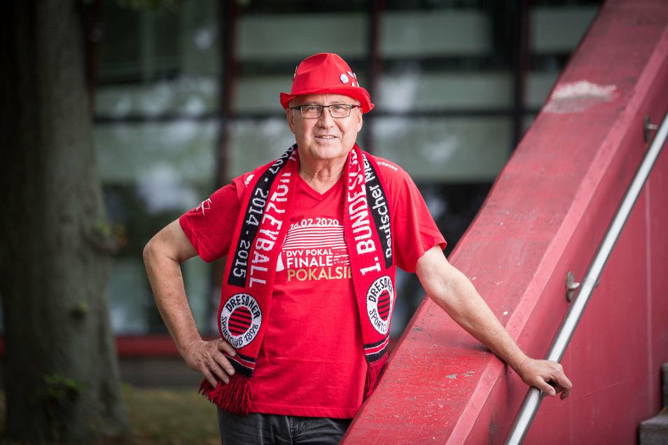 Andreas Klimke in voller Fan-Montur. Für den Verein kümmert er sich ehrenamtlich um Ticketverkauf, Busbegleitung und Gäste aus Nah und Fern.