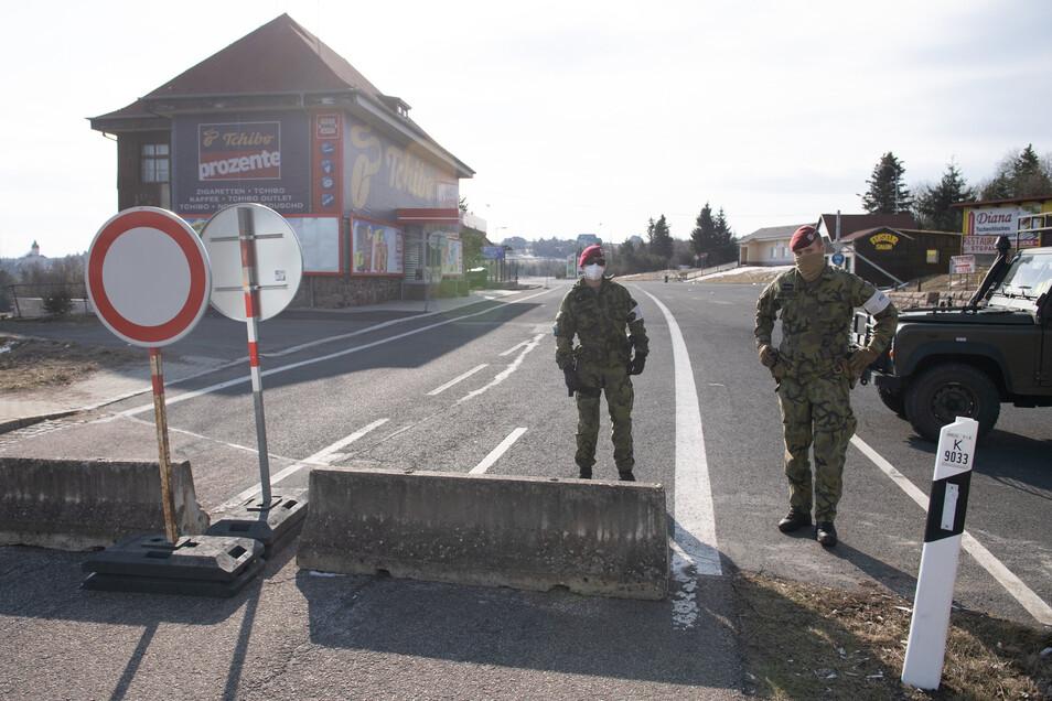 Tschechische Soldaten kontrollieren eine Straße an der Grenze in Zinnwald.