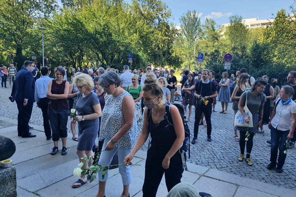 Über 150 Menschen kamen am Mittwochabend zusammen, um vor dem Dresdner Landgericht der ermordeten Ägypterin Marwa El-Sherbini zu gedenken.