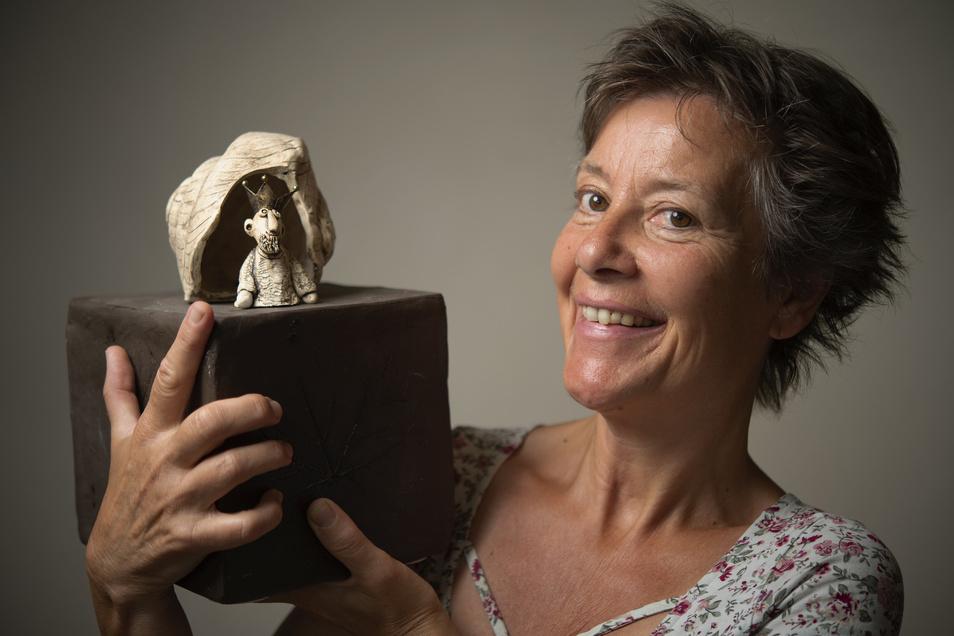 Keramikerin Ines Hoferick mit einem ihrer Lieblingsstücke – dem Weinbergschneck. Zu sehen in der neuen Hoflößnitz-Ausstellung.