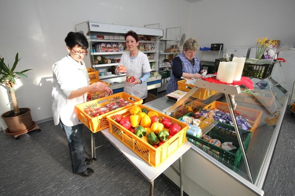 Doreen Röber (v.l.), Lorena Rudat und Sylvia Brödner vom DRK-Ortsverein Lauta sorgen im neuen Ausgaberaum der Lautaer Tafel für eine ordentliche Präsentation der angebotenen Waren.
