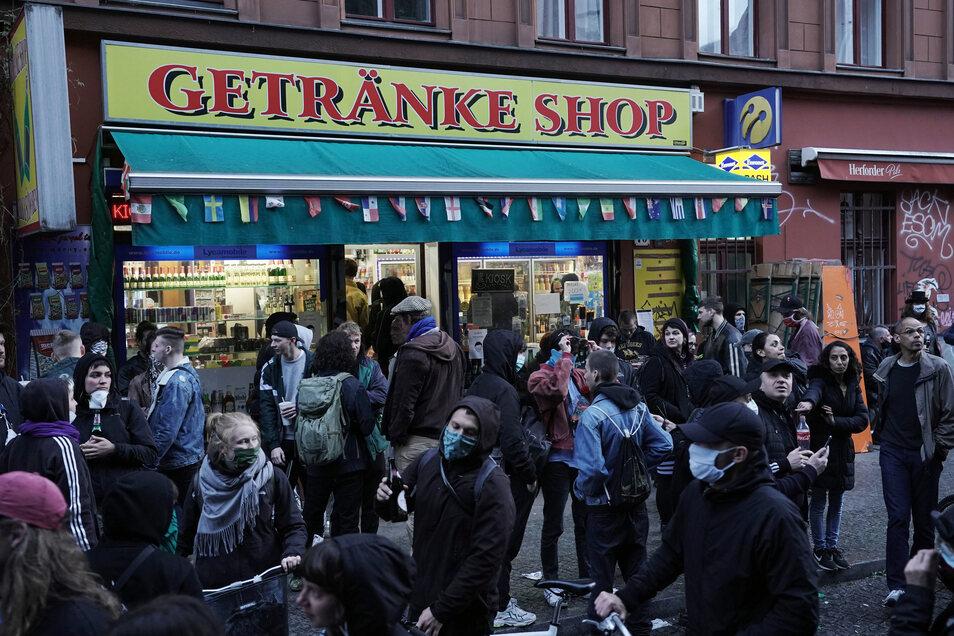 Vor einem Berliner Späti herrscht am Freitagabend reges Getümmel. Sicherheitsabstand hielt hier kaum jemand ein.