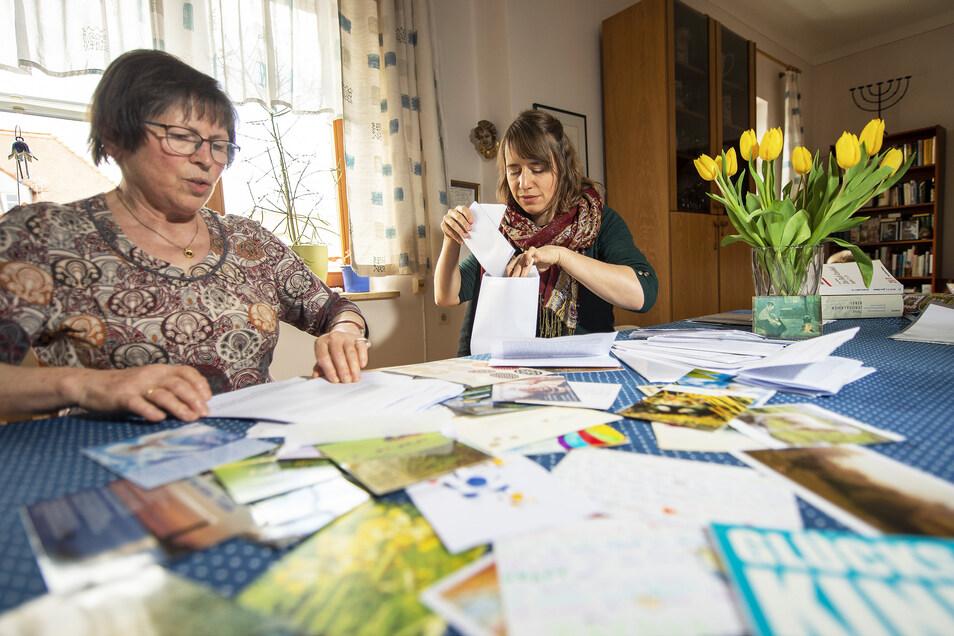 Eva Nees (l.) und Anne Bergmann beim Sortieren der aktuellen Post für Senioren.