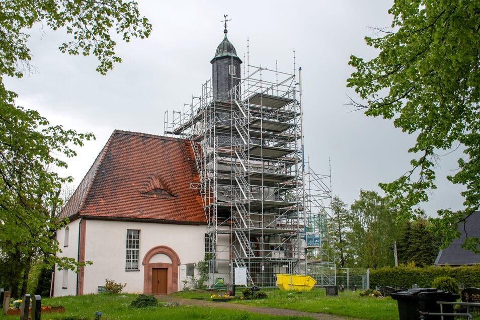 Rund um das Dach und das Türmchen der Sankt-Magaretha-Kirche in Schönerstädt ist ein Gerüst aufgestellt. Eigentlich sollten dort jetzt Bauarbeiten laufen. Doch das Baumaterial fehlt.