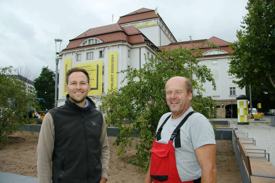 Der städtische Projektleiter Erik Lorenz (l.) und Polier Ingo Sparmann freuen sich, dass die Promenade vor dem Schauspielhaus pünktlich fertig geworden ist.