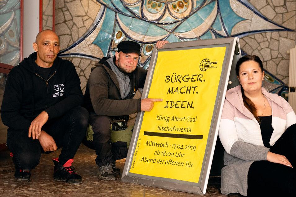 Hoffnungsvoller Start im April 2019: Vereinsvorsitzender Leo Schöning (links), Daniel Höntsch und Helene Beyer stellten bei einem Tag der offenen Tür ihre Pläne vor, das ehemalige Kino wieder zu beleben. Das Besucherinteresse war gewaltig.