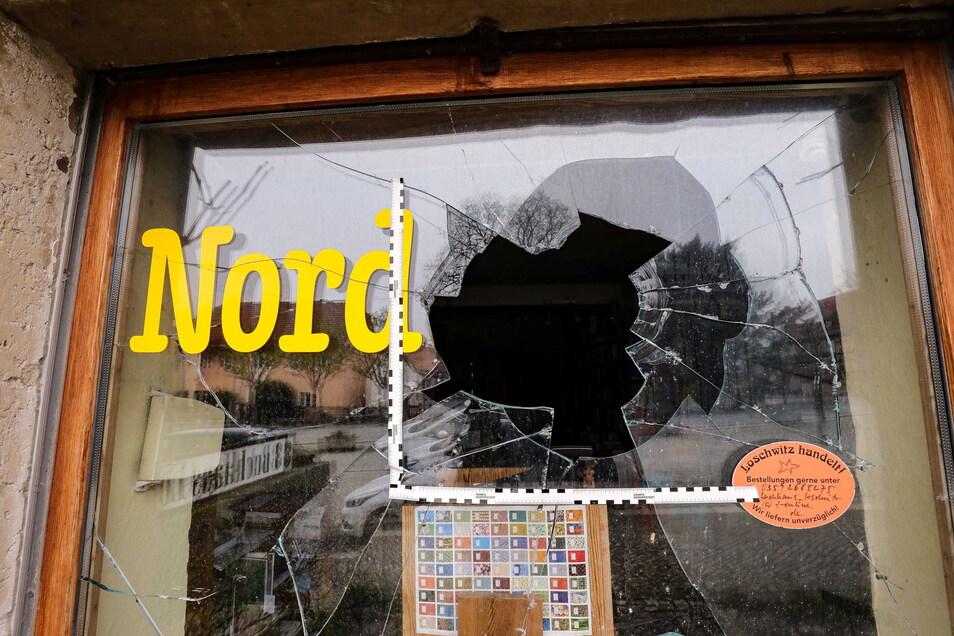 Beim Buttersäure-Anschlag auf das Geschäft von Susanne Dagen wurde auch diese Scheibe zerstört.