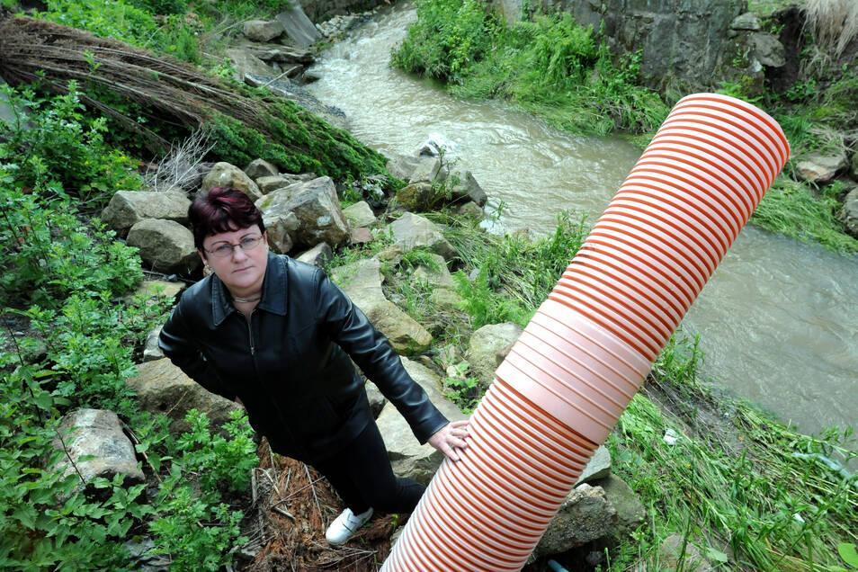 Antje Fulde 2013 vor ihrem Haus an der zerstörten Uferböschung in Olbersdorf.