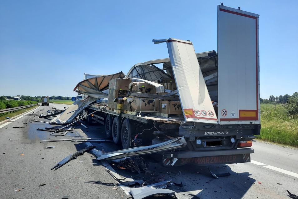 Der Hänger des einen Lasters wurde bei dem Unfall am Donnerstagmittag zwischen Uhyst und Bautzen komplett aufgerissen.