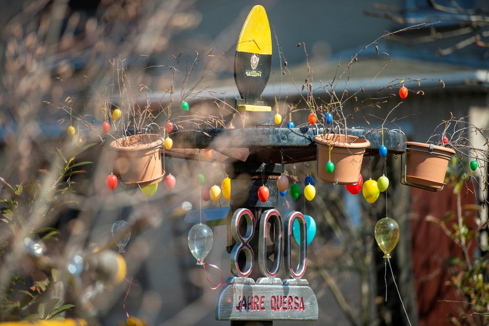 Ostereier und die Vorfreude auf das 800. Ortsjubiläum in Quersa 2022 hat Uwe Arlt in seinem Vorgarten zusammengebracht.