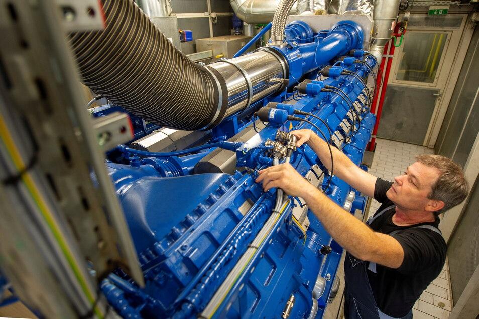 Erzeugt im Notfall nicht nur Wärme, sondern als Nebenprodukt auch Strom - der Rolls-Royce-Motor im Blockheizkraftwerk der Elblandklinik Radebeul.