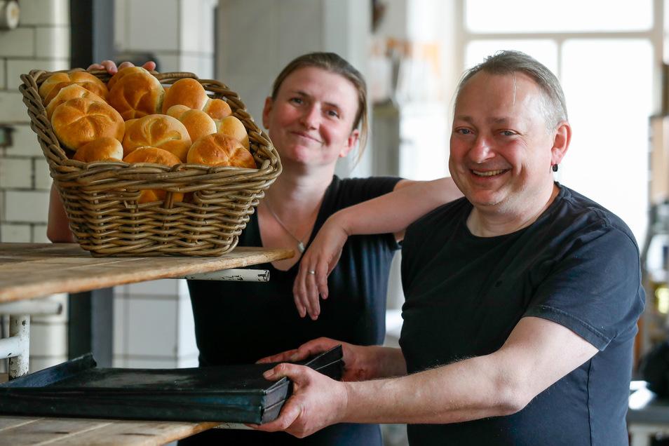 Bäckermeister Thomas Schulz und seine Verkäuferin Andrea Hilgert haben wieder gut Lachen. Nach dem Brand im März wird die Großschönauer Bäckerei am Montag wieder geöffnet.