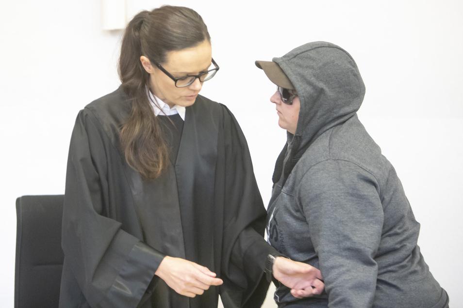 Die Angeklagte mit ihrer Verteidigerin Anne Krause beim Prozess am Landgericht Dresden am 30. Oktober vorigen Jahres.