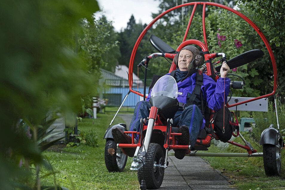 Hobby-Pilot Rolf Karsch aus Bischofswerda in seinem dritten Ultraleichtflugzeug. Er war 77 Jahre alt, als er das Gleitschirm-Trike kaufte. Nun, mit 81, hat er das Fliegen aufgegeben.