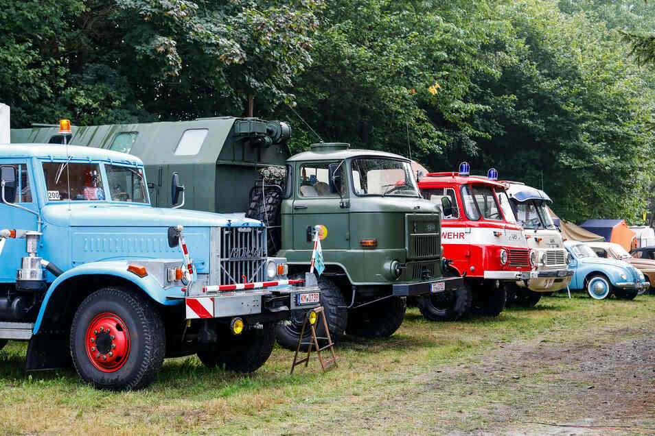 Auto-Oldtimerfans kamen in Jonsdorf nicht nur an der Haltestelle auf ihre Kosten. Am Gemeindeamt waren historische Löschfahrzeugen und am Bahnhof weitere historische Autos zu sehen.