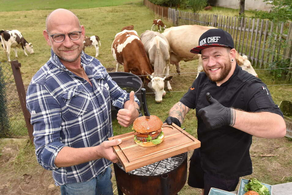 Ein Trio macht Appetit: Tiere, Bauer Carsten Ullrich (l.) und Platzhirsch-Küchenchef Magnus Garbotz.