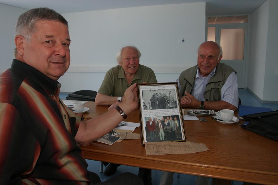 Die Dresdner Gerhard Kleindt und Wolfgang Matthias (v.r.), die zwischen 1940 und 1943 bei Mühle & Söhne in Glashütte den Beruf des Feinmechanikers lernten, besuchten im Juli 2006 Hans-Jürgen Mühle in dessen Firma. Hans-Jürgen Mühle war sehr interessiert.
