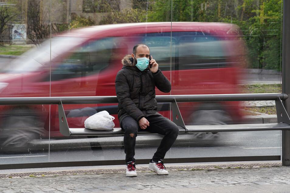 Ein Mann mit Schutzmaske im öffentlichen Raum. (Symbolbild)