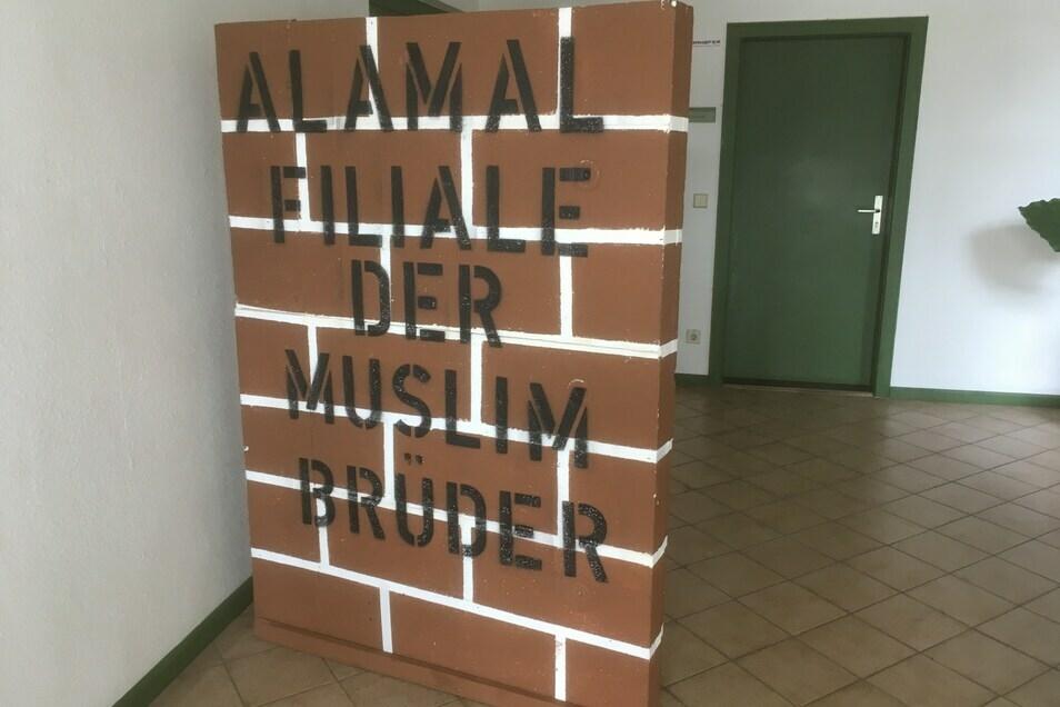 """Mit dieser Styropor-""""Mauer"""" protestierte """"Zittau mit Zukunft"""" gegen den muslimischen Al-Amal-Verein."""