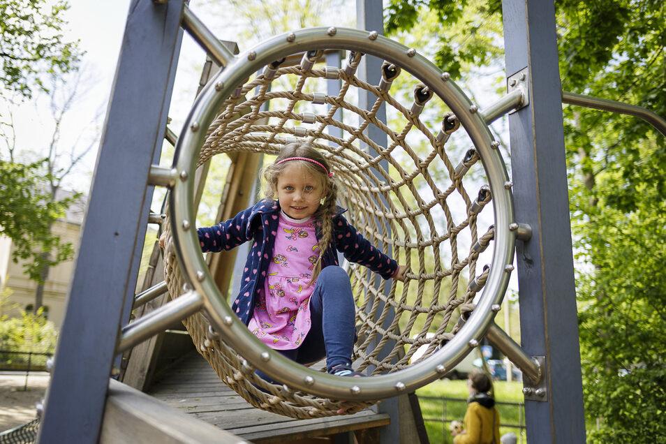 Leonie gehörte am Mittwoch zu den ersten Kindern, die sich den Spielplatz im Park des Friedens zurückeroberten.