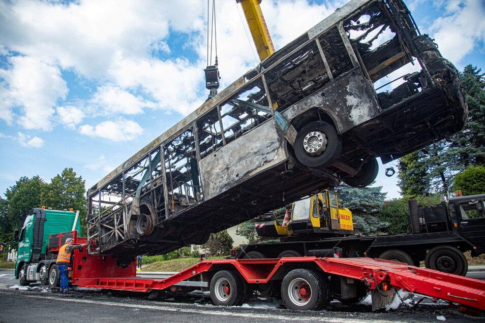 Der am Dienstagmittag in Rammenau komplett ausgebrannte Bus wurde am Nachmittag abtransportiert. Erst dann konnte die B 98 wieder freigegeben werden .
