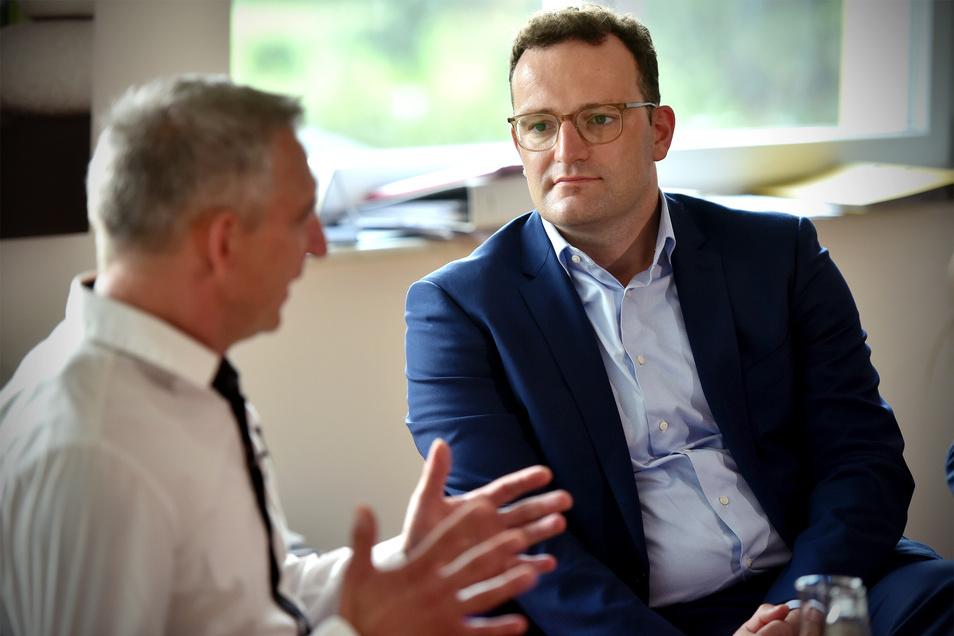 Heimleiter Thomas Lange im Gespräch mit Gesundheitsminister Jens Spahn bei einem früheren Termin. Auch jetzt in der Corona-Krise hofft er auf Hilfe von der Politik.