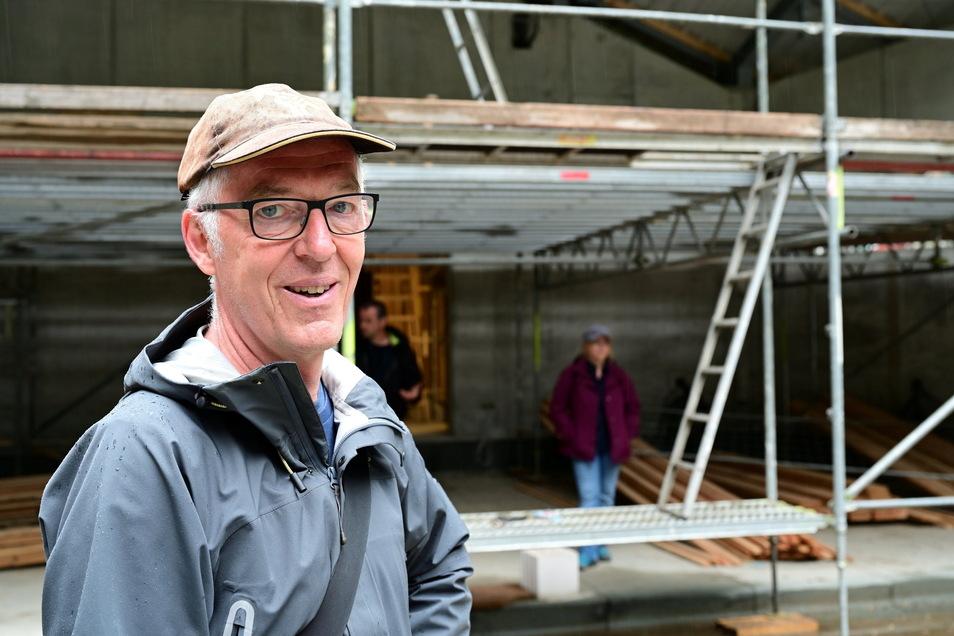 Architekt Lür Meyer-Bassin führte eine Abordnung der Chefetage der Landesbühnen über die Baustelle der Felsenbühne Rathen.
