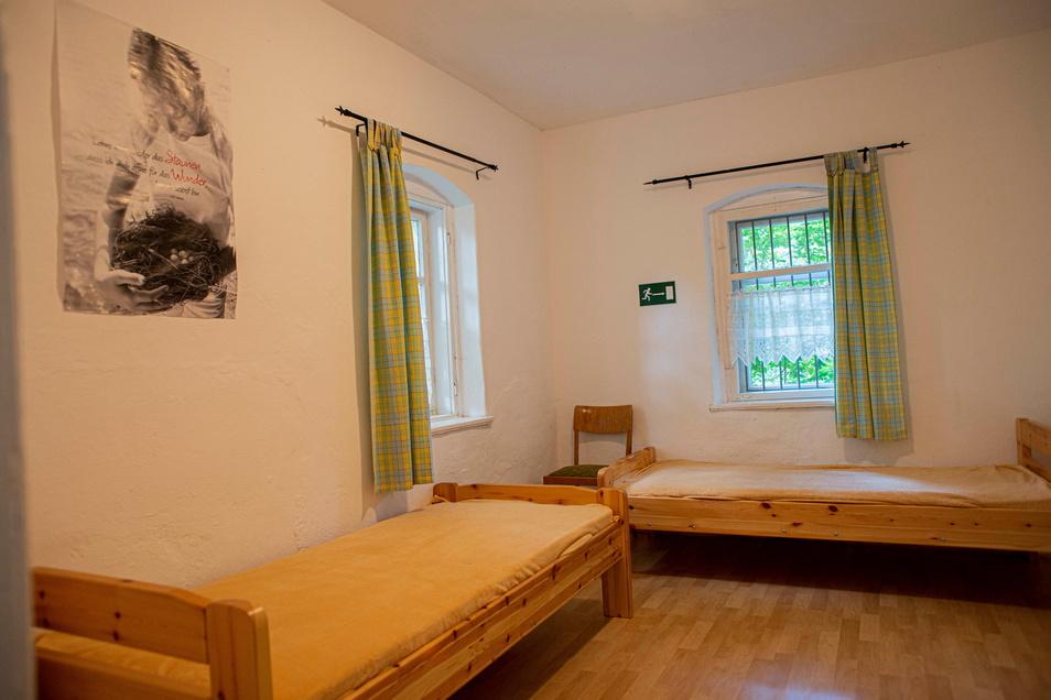 Pilger müssen einen Ausweis vorlegen und dürfen in der Regel nur eine Nacht bleiben. Die Ausstattung der Räume auf dem Hutberg ist sauber und schlicht. Bei viel Andrang stehen noch zusätzliche Matratzen zur Verfügung.