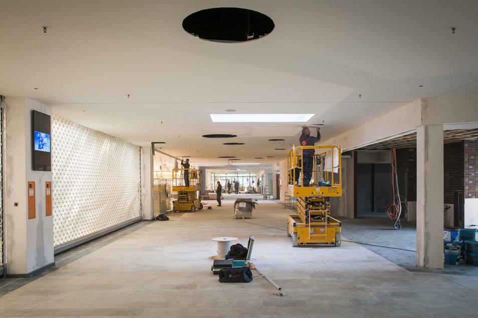 Blick ins Innere des Silberberg Centers. Die Mall ist bereits freigeräumt, etliche Läden haben ihre Waren schon eingeräumt.