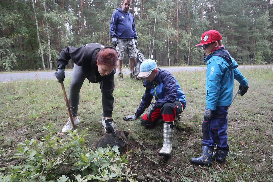 """Auch Lana Walde (14), Maximilian Ihbe (7), Betreuer Frank Kreßler und Finn-Luca Pimmer (10) vom Kinderheim Awo-Landhaus Lippen (rechtes Foto) beteiligten sich am """"World Cleanup Day"""" an dieser Müllaktion. An der S 108 gruben sie einen illegal entsorg"""