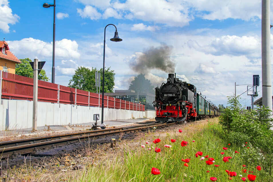 Lößnitzgrundbahn bei der Abfahrt in Radebeul-Ost.