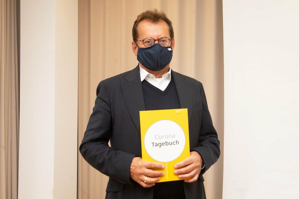 Der medizinische Vorstand des Dresdner Uniklinikums, Michael Albrecht, lobt die Spitzenmedizin, die sein Haus in Corona-Zeiten leistet. Das Klinikum hat die den bisherigen Verlauf der Pandemie dokumentiert.