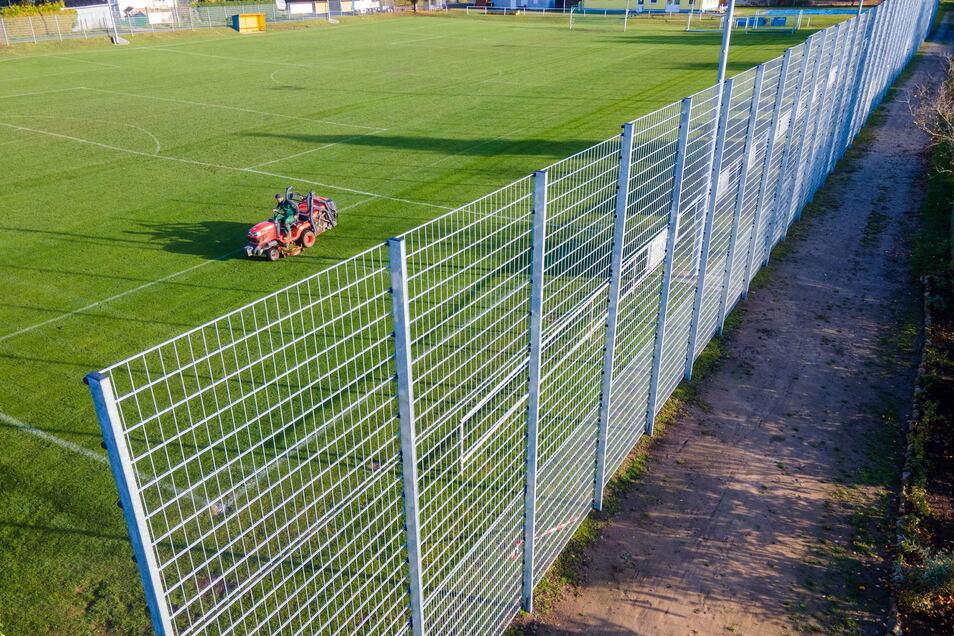 Letzter Einsatz für den Rasentraktor. Punktspiele im Fußball finden in diesem Jahr ab Landesliga abwärts nicht mehr statt. Das hat jetzt der sächsische Verband beschlossen.