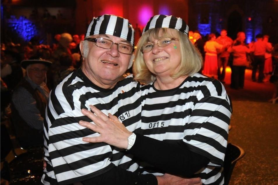 Gerd und Ilona Koppe aus Kroptewitz hatten sich für den Generationenfasching des Leisniger Carneval Clubs am Sonntag als Häftlinge verkleidet. Für die Karnevalisten war es ein hartes Wochenende. Drei Veranstaltungen hatten sie zu bestreiten. Am Freitag wa