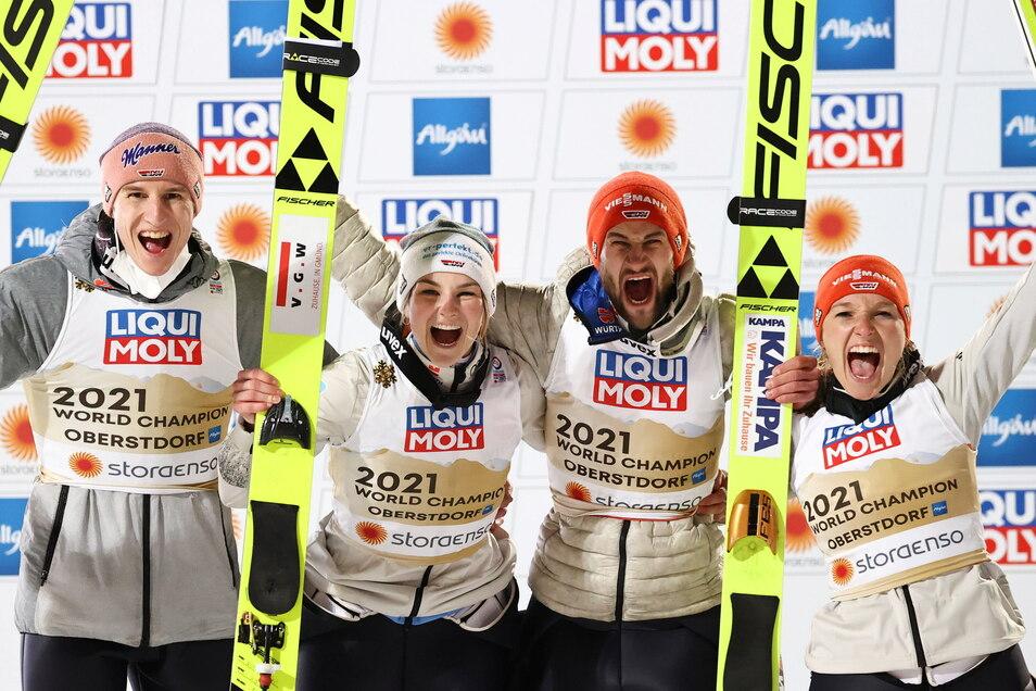 Nach dem Weltmeistertitel im Mixed-Team Ende Februar in Oberstdorf waren vor allem die Skispringer am gefragtesten. Dabei hatten die Frauen Anna Rupprecht (2.v.l.) und Katharina Althaus (r.) den Triumph erst möglich gemacht.