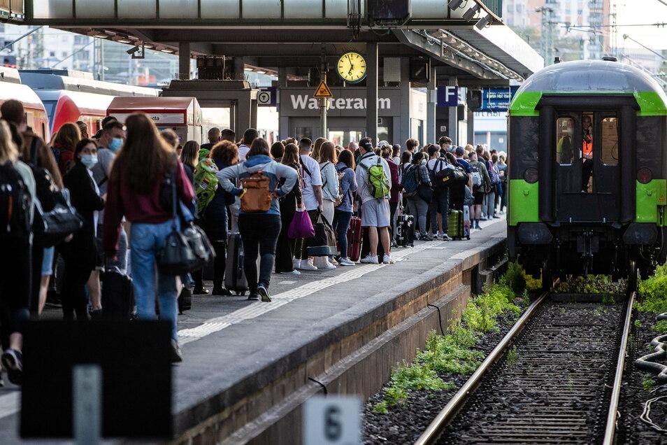 Viel mehr Menschen als üblich warten am Stuttgarter Hauptbahnhof auf den einfahrenden Flixtrain-Zug mit Ziel Berlin Hbf.