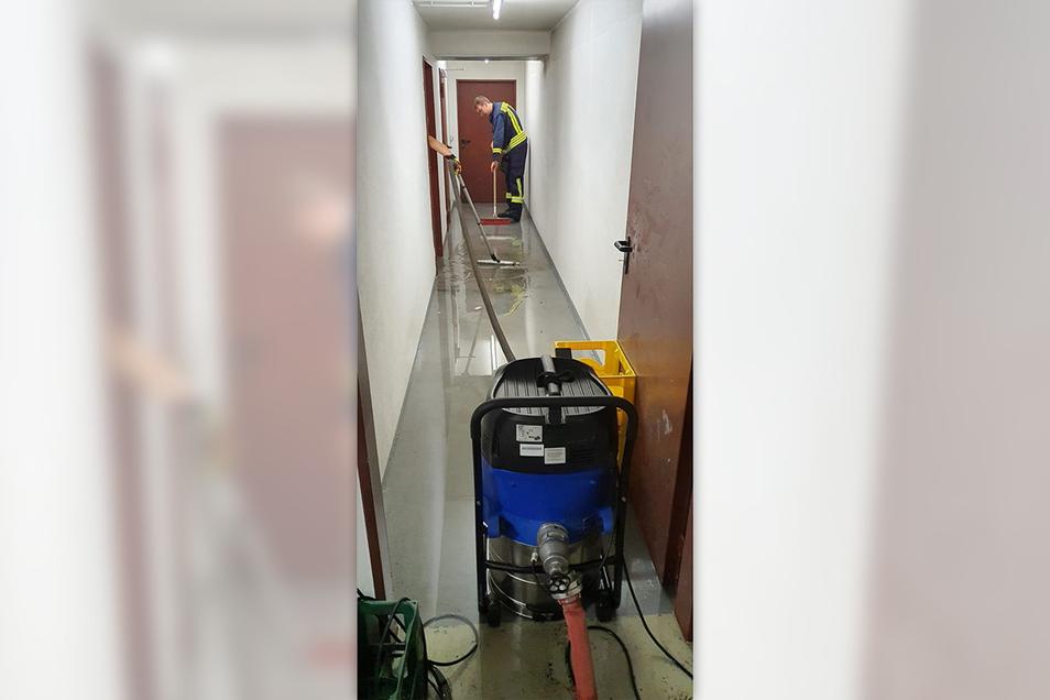 Viel Keller mussten ausgepumpt und vom Wasser befreit werden.