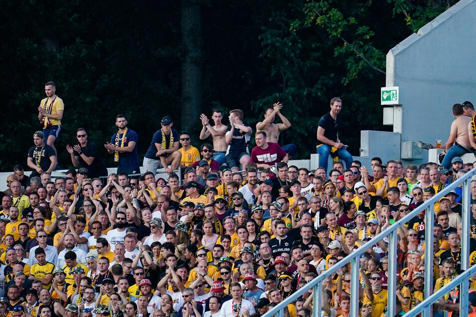 Dresdener Fans beim Auswärtsspiel in Darmstadt.