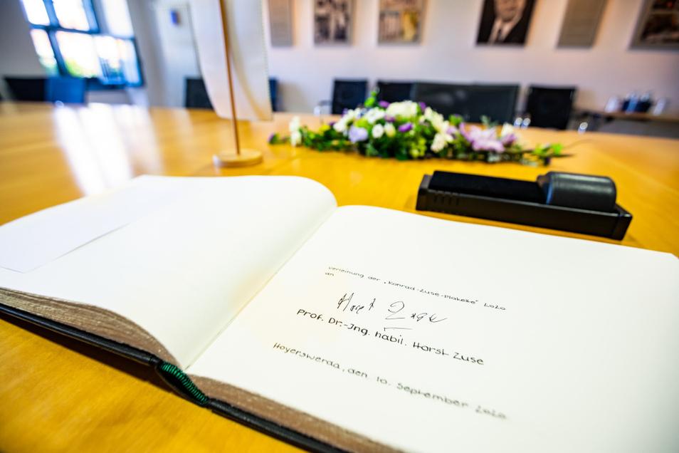Im selben Goldenen Buch trug sich Konrad Zuse vor fast genau 25 Jahren ein, am 19. September 1995. An diesem Tag wurde dem Computervater die Ehrenbürgerwürde verliehen.