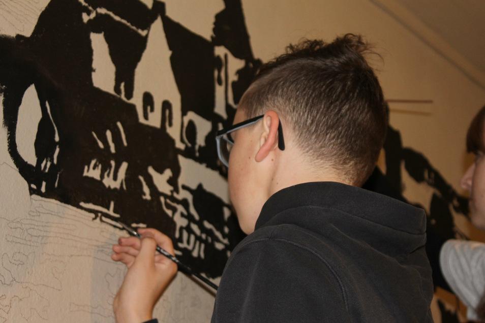Nino beim Malen an der Wand. Foto: A. Kirschner
