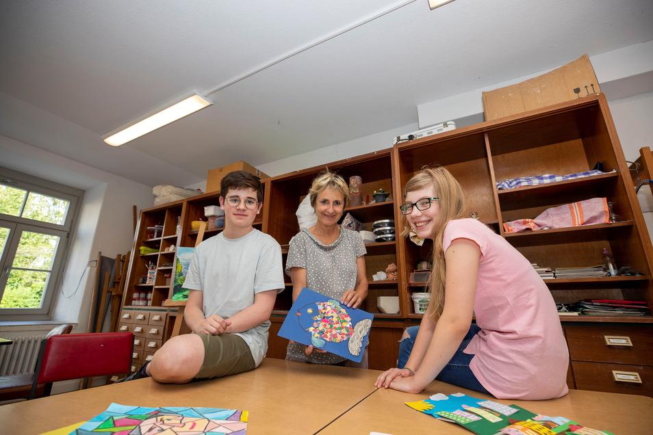 Sie fühlen sich wohl in ihrem Keramik- und Kunstraum im Bürgerhaus Bannewitz: Der 14-jährige Phillipp und die 10-jährige Emily mit Kursleiterin Janina Kracht (Mitte).